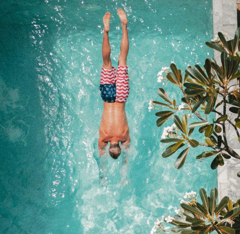 mężczyzna płynący w basenie