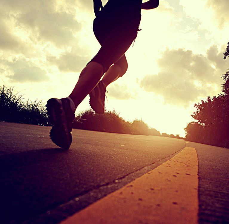 bieganie biegacz droga zachód słońca natura sport