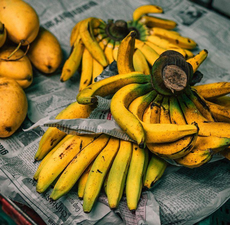 kiście bananów na gazecie