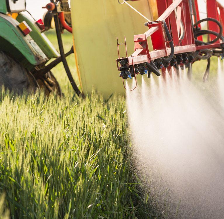 opryskiwanie pola uprawnego pestycydami